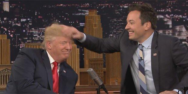 Kult-Moderator fährt durch Trumps Haar & das ist passiert