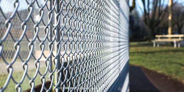 Mann hat Sex mit einem Zaun