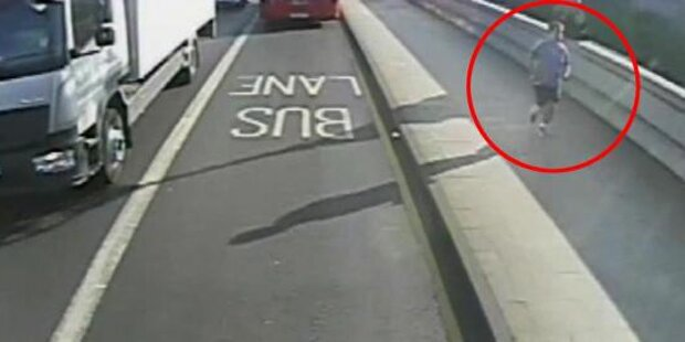 Jogger stößt Frau vor fahrenden Bus