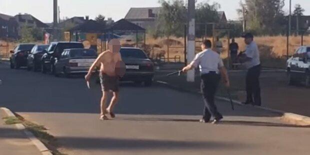 Mann köpft Kind und rennt mit Schädel herum