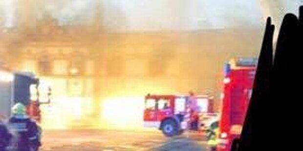 Historischer Supermarkt steht in Flammen