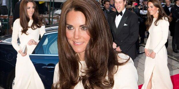 Kate in Weiß verzückt mit Beinschlitz