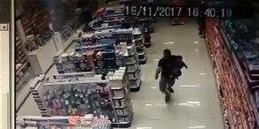 Polizist mit Baby im Arm erschießt Räuber