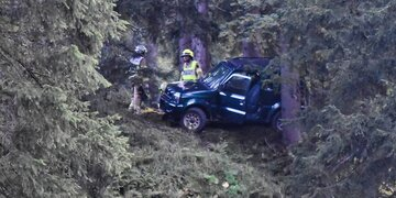 Horror-Crash in Tirol: 74-Jähriger stürzt mit Pkw auf Almweg ab - tot
