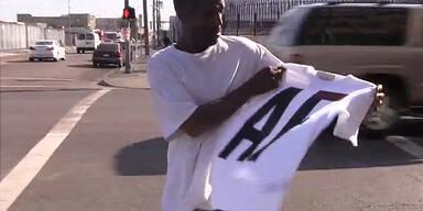 Mann verteilt A&F Kleidung an Obdachlose