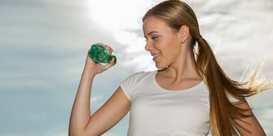 3 einfache Flaschen-Übungen für straffe Arme