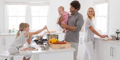 In glücklicher Beziehung hilft Mann im Haushalt