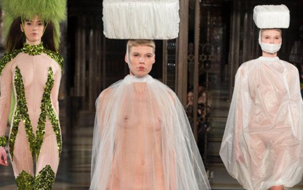 Pam Hogg schickt Models nackt auf den Laufsteg
