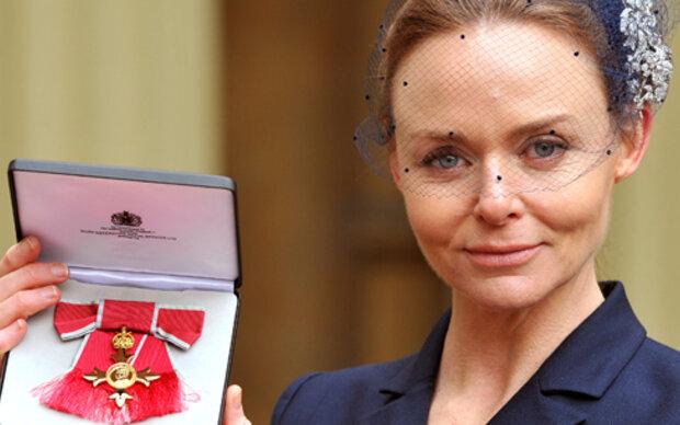 Stella McCartney  mit Orden von der Queen geehrt