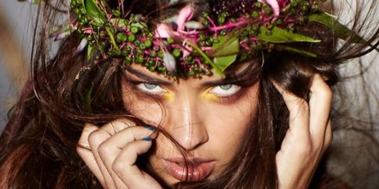 Adriana Lima als wilde Amazone
