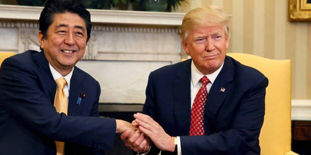 So lacht das Netz über Trumps Händeschütteln