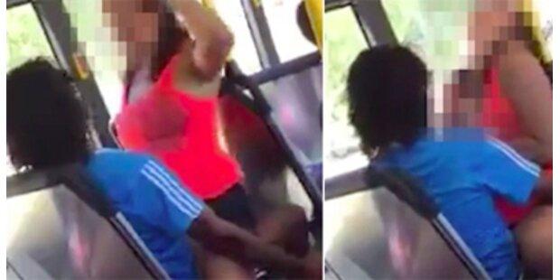 Pärchen hat Sex im vollbesetzten Bus