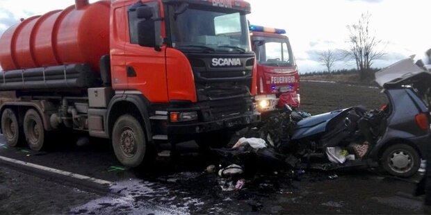 Pkw crasht in Lkw: 2 Tote