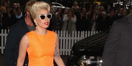 Lady Gaga ersteigert McQueen-Robe um 100 000 €