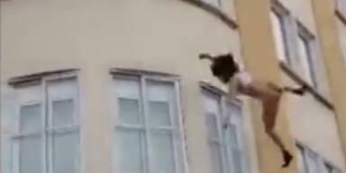 Frau springt nackt aus dem dritten Stock