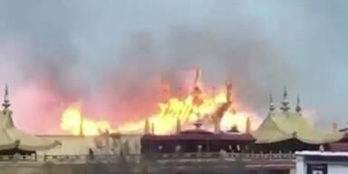 1300 Jahre alter Tempel steht in Flammen
