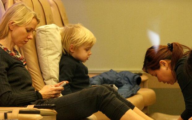 Naomi Watts mit Sohn bei der Pediküre