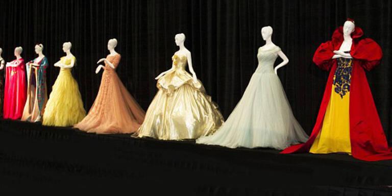 Oscar de la Renta, Versace, Elie Saab, Missoni und Valentino kreierten die einzigartigen Roben der Disney-Figuren. Nun werden sie zu einem guten Zweck versteigert.