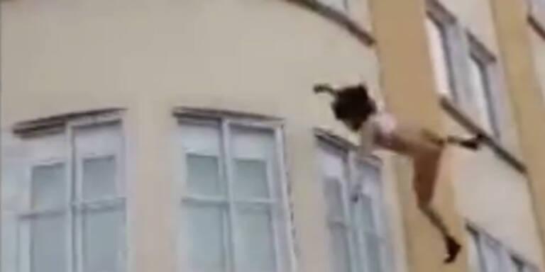 Video: Frau springt nackt aus dem dritten Stock