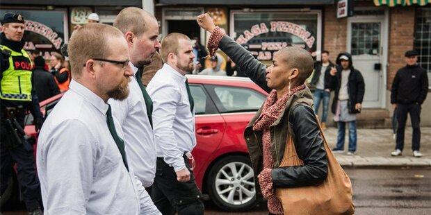 Mutige Schwedin stellt sich Neonazis in den Weg
