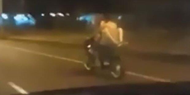 Pärchen hat Sex auf einem fahrenden Motorrad