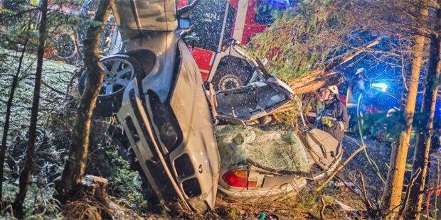 Auto zerschmettert: Lenker stirbt bei Horror-Crash