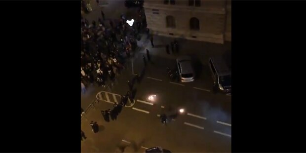 Pyro-Attacke auf Polizisten bei Donnerstagsdemo