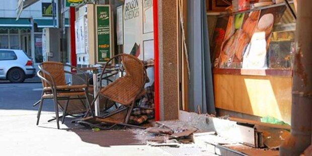 Auto kracht in Linz in Schanigarten - mehrere Verletzte