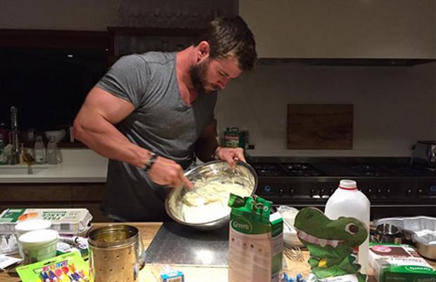 Chris Hemsworth: Dinosaurierkuchen für Tochter