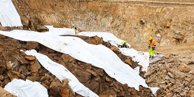 Sprengung in Urfahr: Steinbrocken flogen 150 Meter weit in Gärten