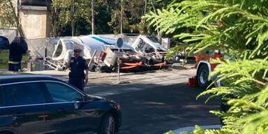 Spektakulärer Unfall in Wien: Lkw kippt in Baustelle