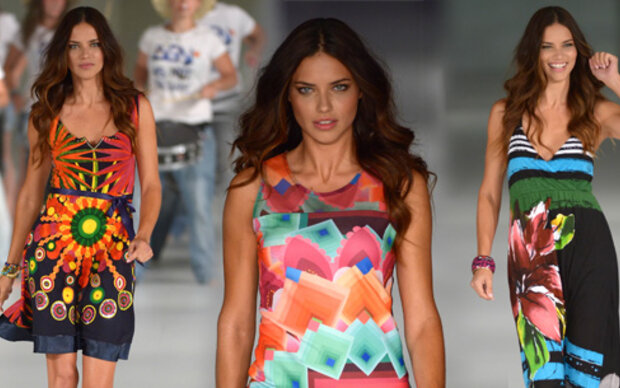 Adriana Lima adelt  Catwalk für Desigual