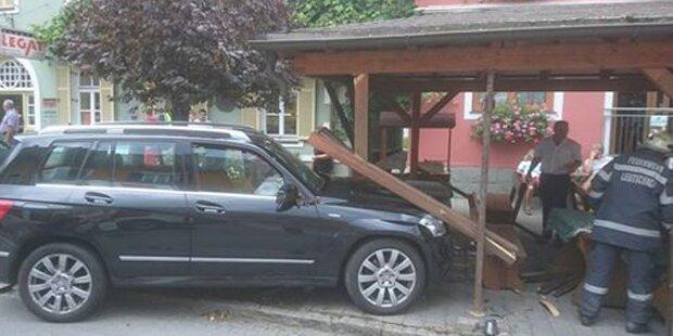 Pensionistin rast mit Mercedes in Gastgärten