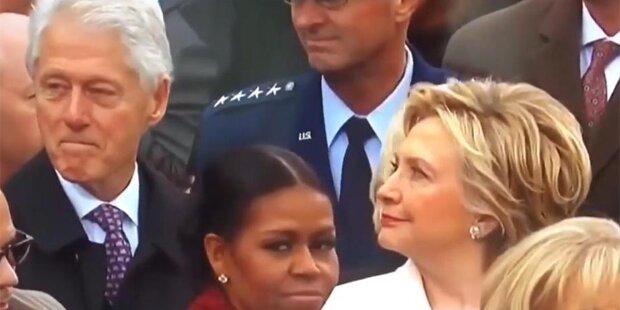 Hier ertappt Hillary ihren Bill