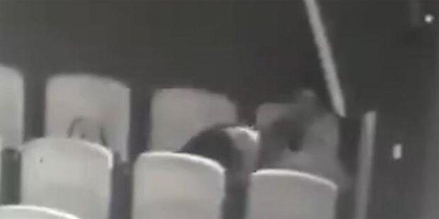 Frau beim Oralsex im Kino erwischt