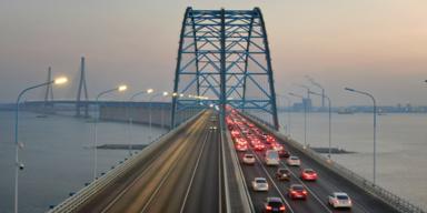 Autos auf Brücke