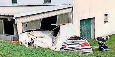 23-Jähriger krachte mit BMW frontal in Mauer - tot