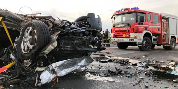 Blutiges Unfall-Wochenende: vier Tote bei Pkw-Crash