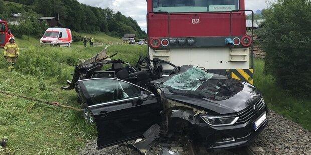 Auto kracht gegen Garnitur der Pinzgaubahn
