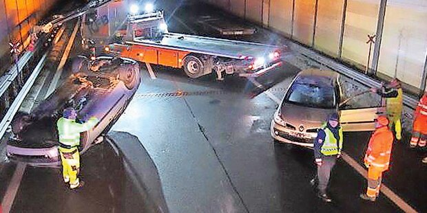 Lkw verliert Autos: Wieder Gaffer-Ärger