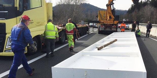Lkw verlor 18 Tonnen schweren Stahlträger
