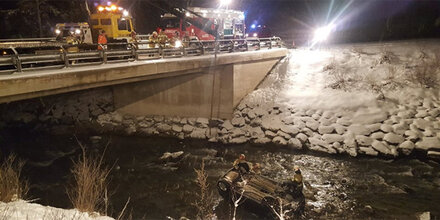 Schneefall: Pkw-Lenker stürzte in Fluss