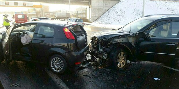 SUV schob Auto über ausgestiegenen Lenker