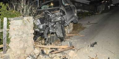Unfall: Zerstörtes Auto