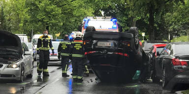 Auto überschlägt sich bei Unfall in Wien: Zwei Verletzte