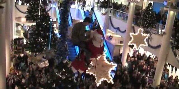 Keine gute Wahl: Santa steigt auf Seil um