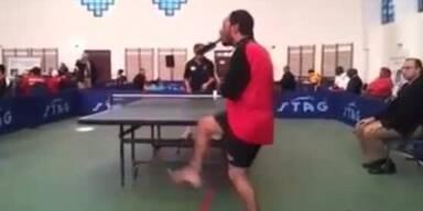 Ägypter spielt Ping Pong mit seinem Mund