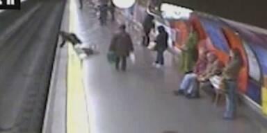 Schock-Video: Frau fällt ohnmächtig auf Gleise