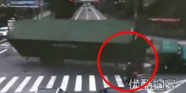 LKW stürzt mit voller Wucht auf Moped