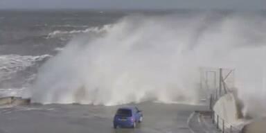 Monsterwelle spült beinahe Auto davon